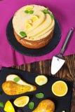 Вкусный торт губки груши на плите Стоковые Фото