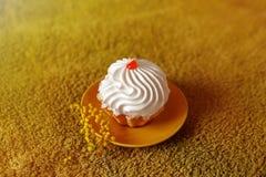 Вкусный торт на зеленой предпосылке с цветком Стоковые Фото