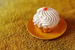 Вкусный торт на зеленой предпосылке Стоковое Фото