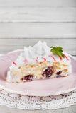 Вкусный торт с cream mascarpone и вишни на плите Стоковая Фотография
