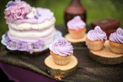 Вкусный фиолетовый свадебный пирог с цветками Стоковое фото RF