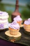 Вкусный фиолетовый свадебный пирог Стоковое Изображение