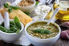 Вкусный pesto соуса с базиликом, концом-вверх Стоковая Фотография RF