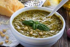 Вкусный pesto соуса с базиликом, концом-вверх Стоковое Изображение