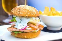 Вкусный salmon бургер рыб Стоковые Изображения