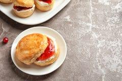 Вкусный scone с свернутыми сливк и вареньем Стоковое Изображение