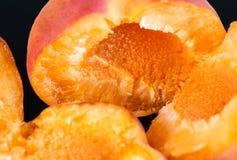 2 вкусных абрикоса изолированного на черной предпосылке 1 Стоковое Изображение