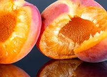2 вкусных абрикоса изолированного на черной предпосылке 3 Стоковые Фотографии RF