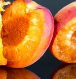2 вкусных абрикоса изолированного на черной предпосылке 2 Стоковые Фото