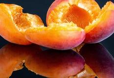 2 вкусных абрикоса изолированного на черной предпосылке 6 Стоковые Фото