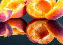 2 вкусных абрикоса изолированного на черной предпосылке 5 Стоковые Изображения RF