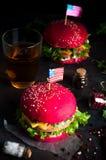 2 вкусных гамбургера с маленькими американскими флагами Стоковое фото RF