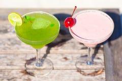 2 вкусных коктеиля на деревянном столе на тропическом Стоковая Фотография RF