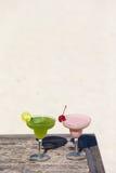 2 вкусных коктеиля на деревянном столе на тропическом Стоковое фото RF