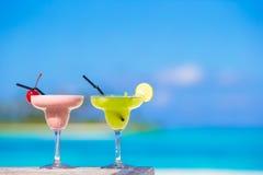 2 вкусных коктеиля на тропическом белом пляже Стоковая Фотография RF