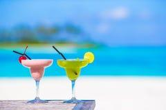 2 вкусных коктеиля на тропическом белом пляже Стоковое Фото