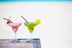 2 вкусных коктеиля на тропическом белом пляже Стоковые Фото