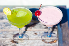 2 вкусных коктеиля на тропическом белом пляже Стоковые Фотографии RF