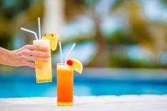 2 вкусных коктеиля на тропическом белом пляже Стоковые Изображения