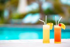 2 вкусных коктеиля на тропическом белом пляже Стоковое Изображение RF