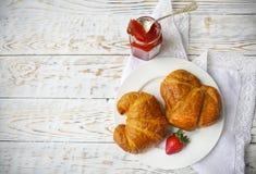 2 вкусных круассана на варенье плиты и клубники Стоковая Фотография RF
