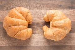 2 вкусных круассана на деревянной предпосылке Стоковое Изображение RF