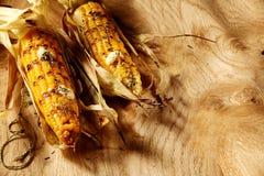 2 вкусных свежих зажаренных стержня кукурузного початка на деревенской таблице Стоковые Фото