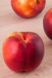 3 вкусных свежих зрелых сочных нектарина Стоковое Фото