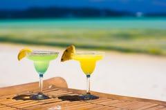 2 вкусных спиртных коктеиля на предпосылке  Стоковое Изображение RF