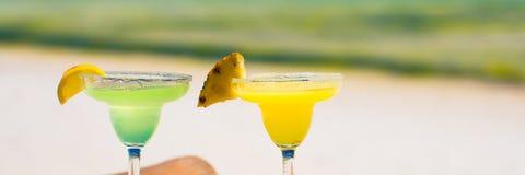 2 вкусных спиртных коктеиля на предпосылке  Стоковое Фото