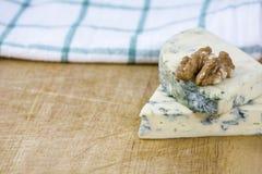 2 вкусных части рокфора и грецкого ореха сыра на деревянной предпосылке Стоковые Изображения