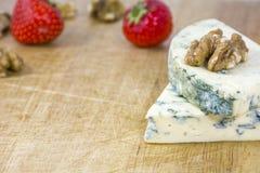 2 вкусных части рокфора сыра с грецкими орехами и клубниками на деревянной предпосылке Стоковое Изображение RF