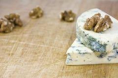 2 вкусных части рокфора сыра с грецкими орехами Стоковое Изображение