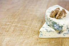 2 вкусных части рокфора сыра с одним грецким орехом на деревянной предпосылке Стоковые Изображения RF