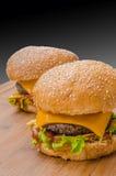 2 вкусных cheeseburgers с салатом; говядина; двойные сыр и кетчуп Стоковые Фото