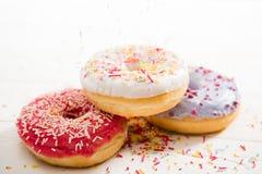 3 вкусных donuts с замораживать на верхней части Стоковая Фотография