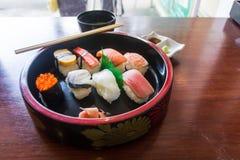 Вкус суш быть аранжированным в шаре в Японии вызвал Nigiri положите скумбрий в коробку еды японские вне сырцовый тип принимает 3 Стоковые Изображения RF