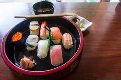Вкус суш быть аранжированным в шаре в Японии положите скумбрий в коробку еды японские вне сырцовый тип принимает 3 Стоковое Изображение RF