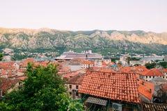 Вкладыш на доке в Kotor, около старого городка в заливе Kotor, m Стоковое Изображение