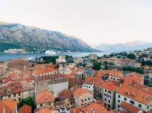 Вкладыш на доке в Kotor, около старого городка в заливе Kotor, m Стоковое Изображение RF
