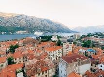 Вкладыш на доке в Kotor, около старого городка в заливе Kotor, m Стоковые Изображения RF