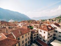 Вкладыш на доке в Kotor, около старого городка в заливе Kotor, m Стоковые Изображения
