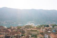 Вкладыш на доке в Kotor, около старого городка в заливе Kotor, m Стоковое Фото