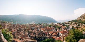 Вкладыш на доке в Kotor, около старого городка в заливе Kotor, m Стоковое фото RF