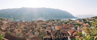 Вкладыш на доке в Kotor, около старого городка в заливе Kotor, m Стоковые Фото