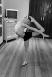 включенная гимнастика девушки Стоковое Изображение