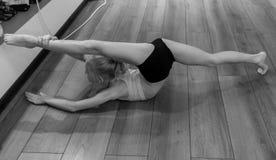 включенная гимнастика девушки Стоковое Изображение RF