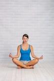 включенная йога девушки Стоковая Фотография