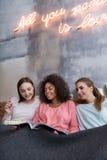 Включенные друзья смотря кассету в спальне Стоковые Фото