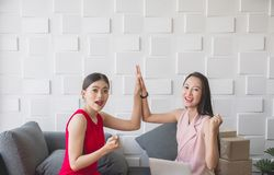 Владелец женщин мелкого бизнеса suscessful красивый азиатский тряся руки и работая дома офис стоковые фотографии rf